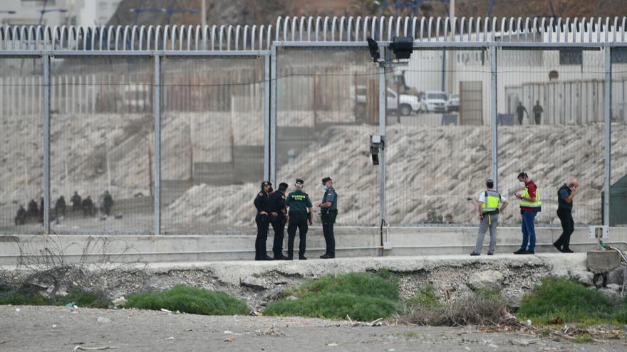 Marruecos impide que una decena de personas entren a nado en Ceuta