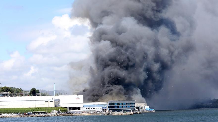 Un incendio industrial afecta a una conservera en A Coruña