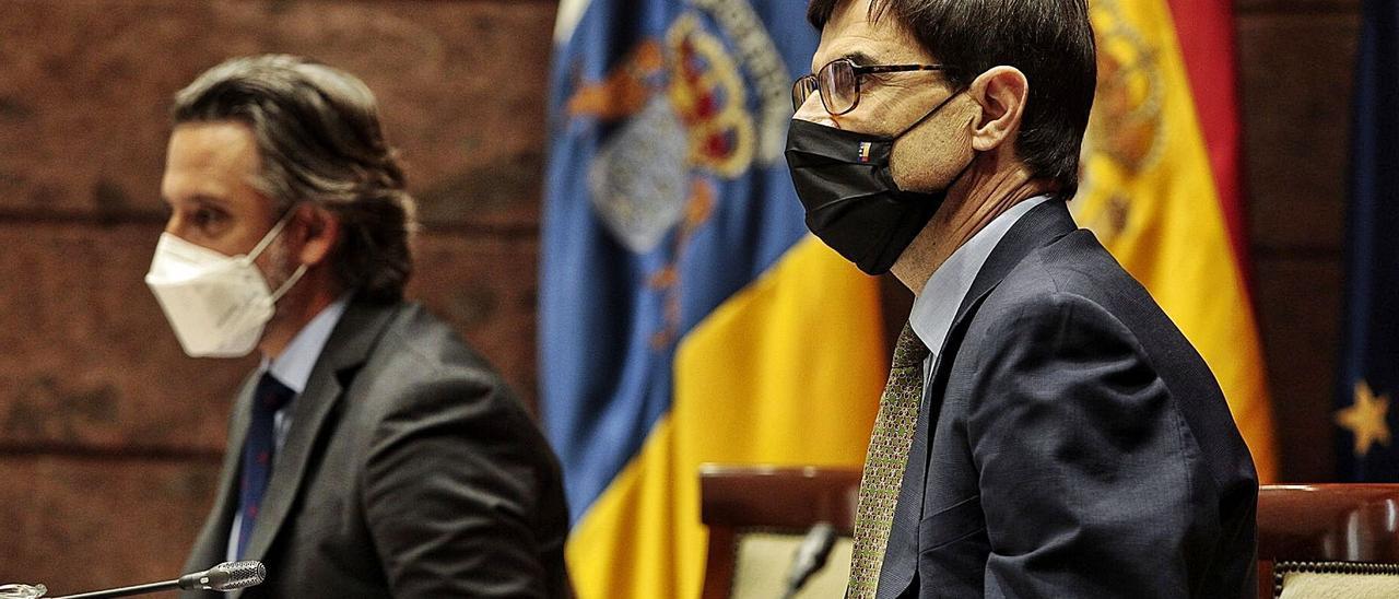 El presidente del Parlamento canario, Gustavo Matos, junto al secretario de Estado para la Unión Europea, Juan González-Barba.     MARÍA PISACA