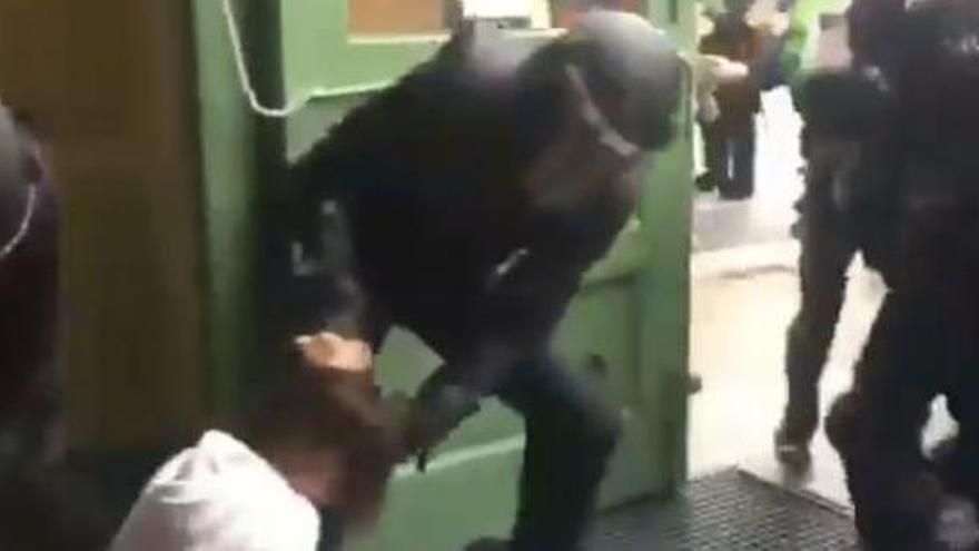 Criden a declarar dos comandaments de la Policia Nacional per l'actuació policial de l'1-O a l'institut Pau Claris