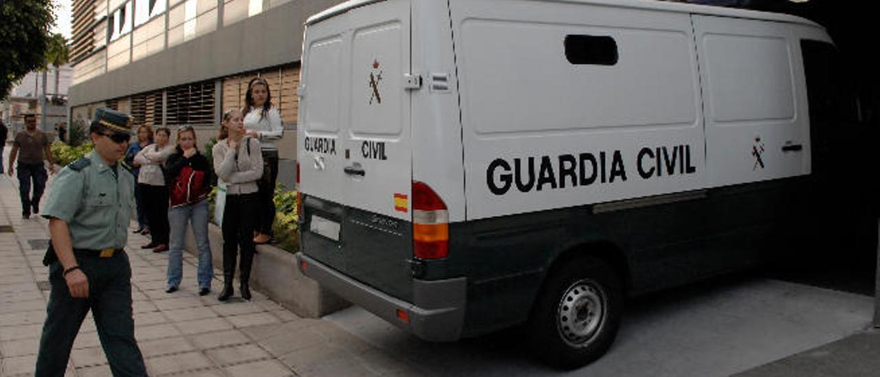Once agentes van a juicio por la trama de sobornos en la aduana de Gando