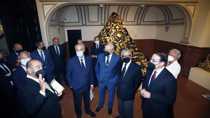 Autoridades, instituciones y cofrades de Málaga arropan a la Agrupación en la primera de sus exposiciones