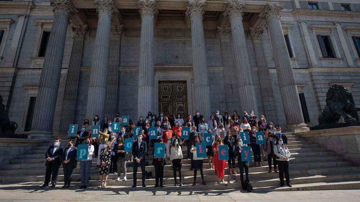 Supervivientes de la violencia infantil celebran la aprobación de la ley.