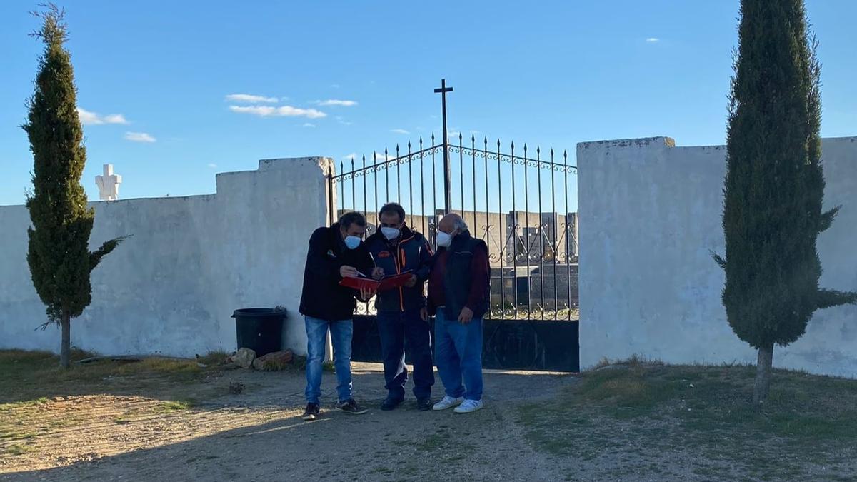 El portavoz del PSOE Manuel Pérez con algunos de los vecinos que promueven la recogida de firmas en el acceso de entrada al cementerio de El Piñero