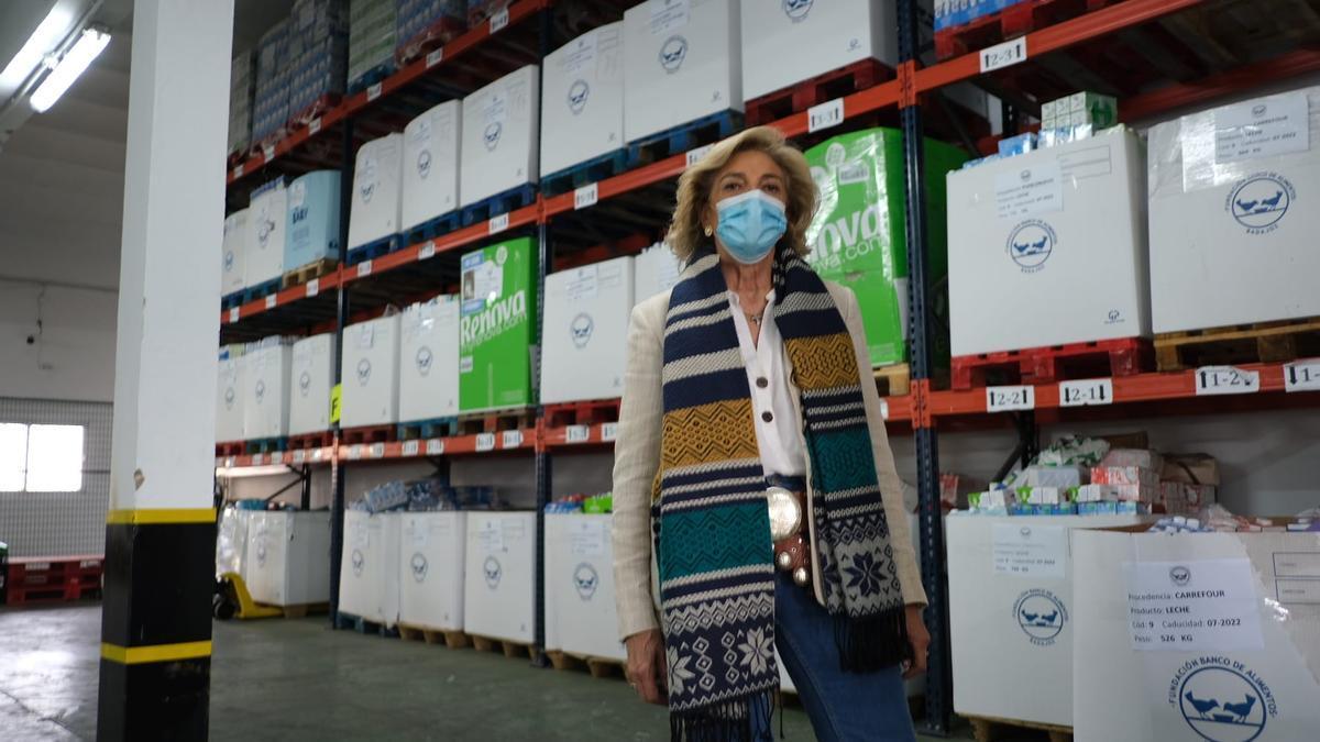 Cristina Herrera, ayer, en el Banco de Alimentos con la leche recogida.