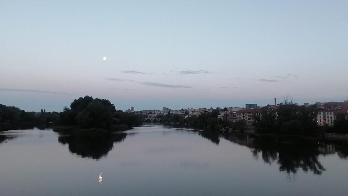 Amanecer en Zamora esta mañana de miércoles. Vista del río Duero desde el Puente de Hierro.