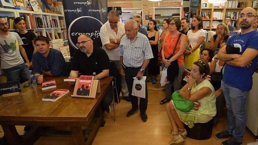 """Jesús Cintoria, acompañado por Antón Losada, presenta el libro """"Conspiraciones"""""""