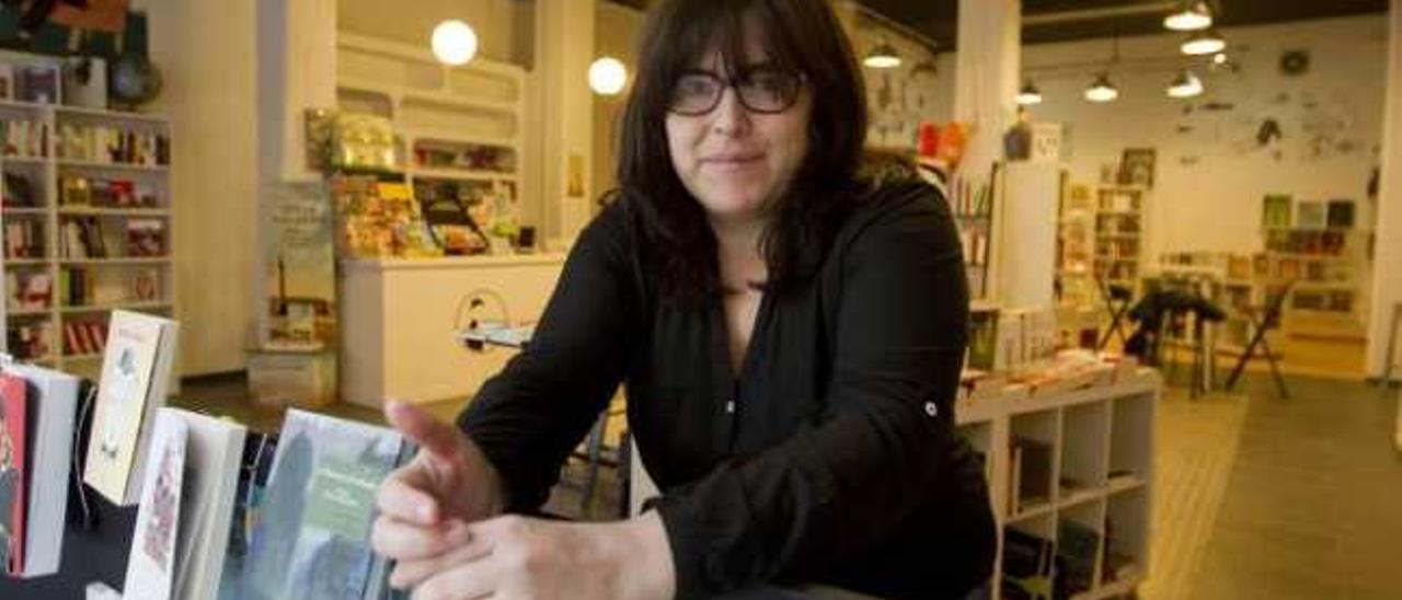 Luci Romero, en la librería Bartleby, instantes después de abrir la mañana de ayer. Su socio estaba en Gijón.