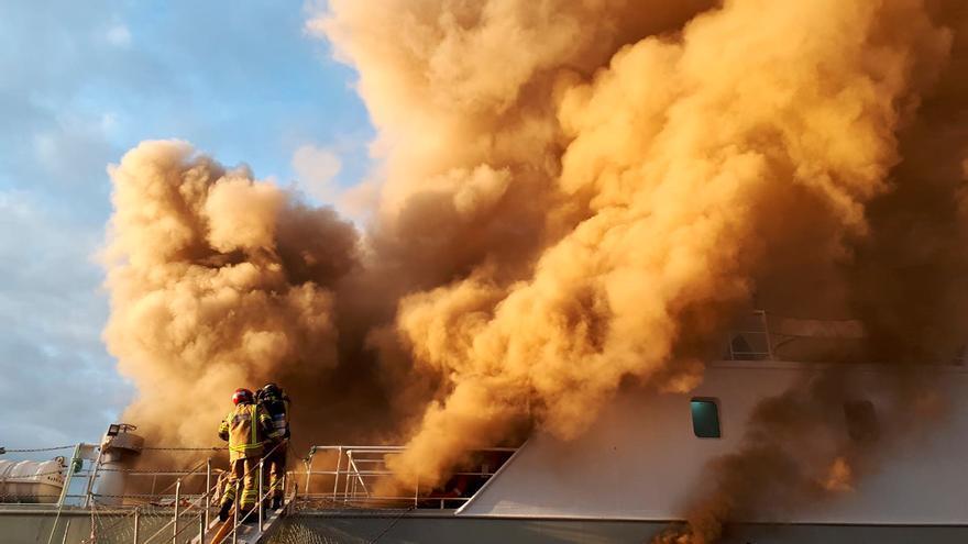 Arde un barco en el puerto de Vigo