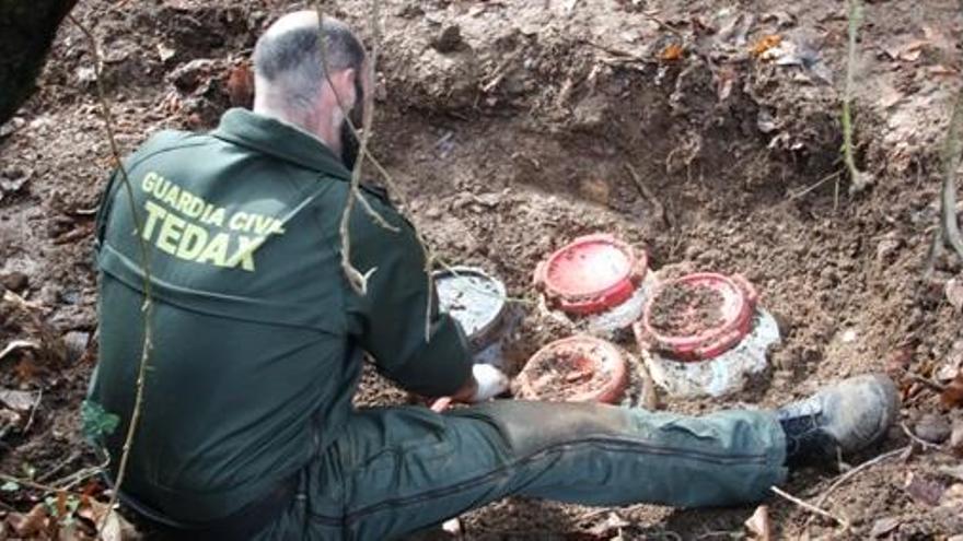 Detenidos tres exmiembros de ETA por un zulo de explosivos hallado hace un año