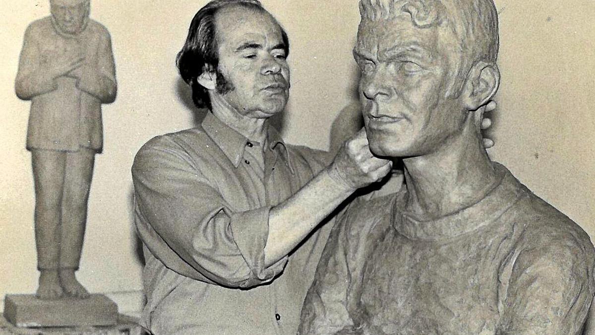 José Perera en su estudio, esculpiendo el busto de Juan Guedes (ex jugador de la UD Las Palmas).