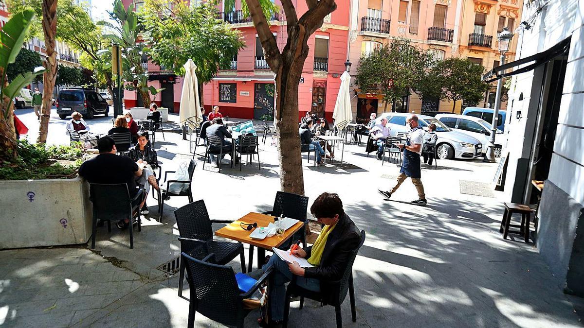 Terrazas de la ciudad de València con máximo cuatro comensales por mesa.  | F. BUSTAMANTE