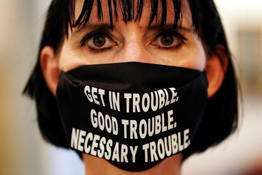 Una dona porta una màscara facial amb una cita del difunt parlamentari dels Estats Units John Lewis, pioner del moviment dels drets civils