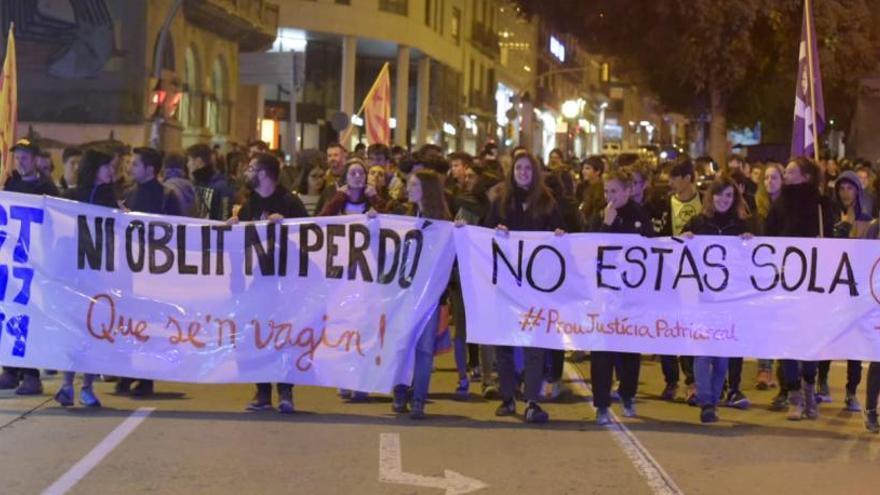 Unes 150 persones protesten a Manresa contra la sentència del cas d'abús sexual múltiple