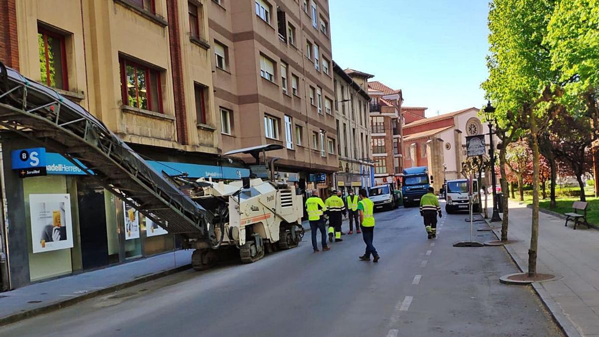 Trabajos previos para el asfaltado de la calle Pedro Duro, ayer, en La Felguera.
