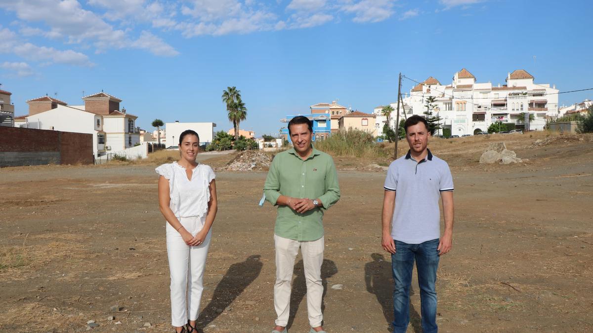 María de los Ángeles Ruiz, Óscar Medina y José Manuel Fernández en la parcela donde se va a construir el campo de fútbol de El Morche.