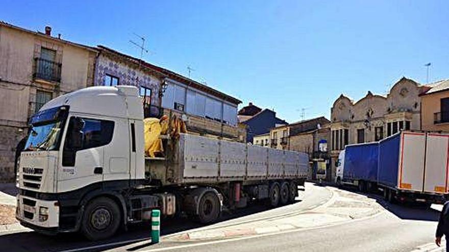 Dos camiones de gran tonelaje se cruzan en la N-122, a su paso por la travesía de Alcañices.