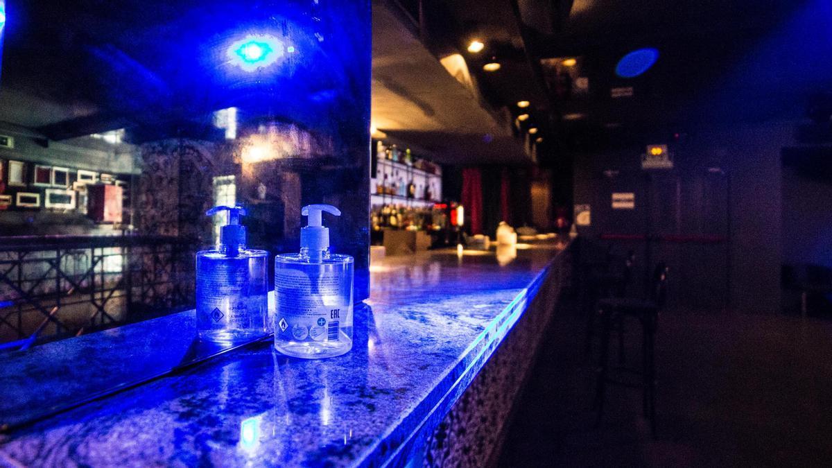 Gel desinfectante en la barras de una discoteca.