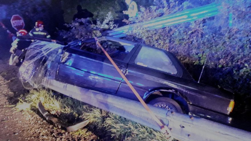 Así fue el complejo rescate del hombre que cayó con su coche a un hoyo en Leiro