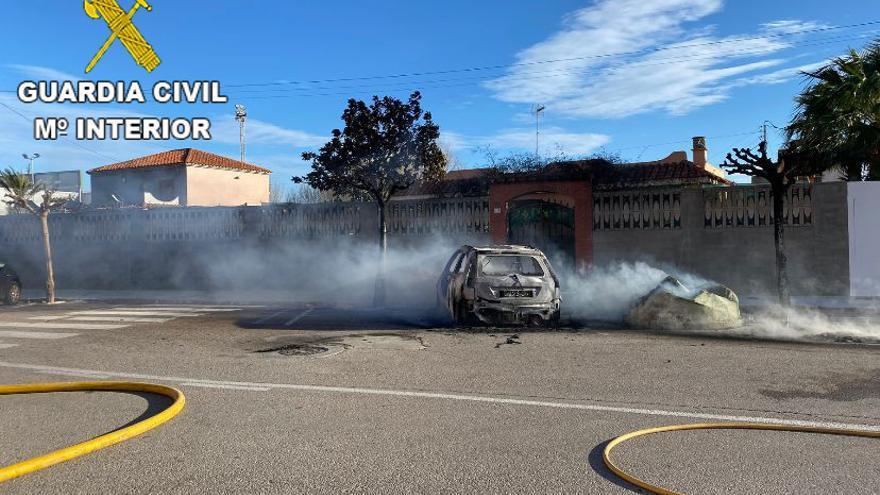 Detenido un hombre de 65 años por la quema de 12 contenedores y un coche en El Perelló