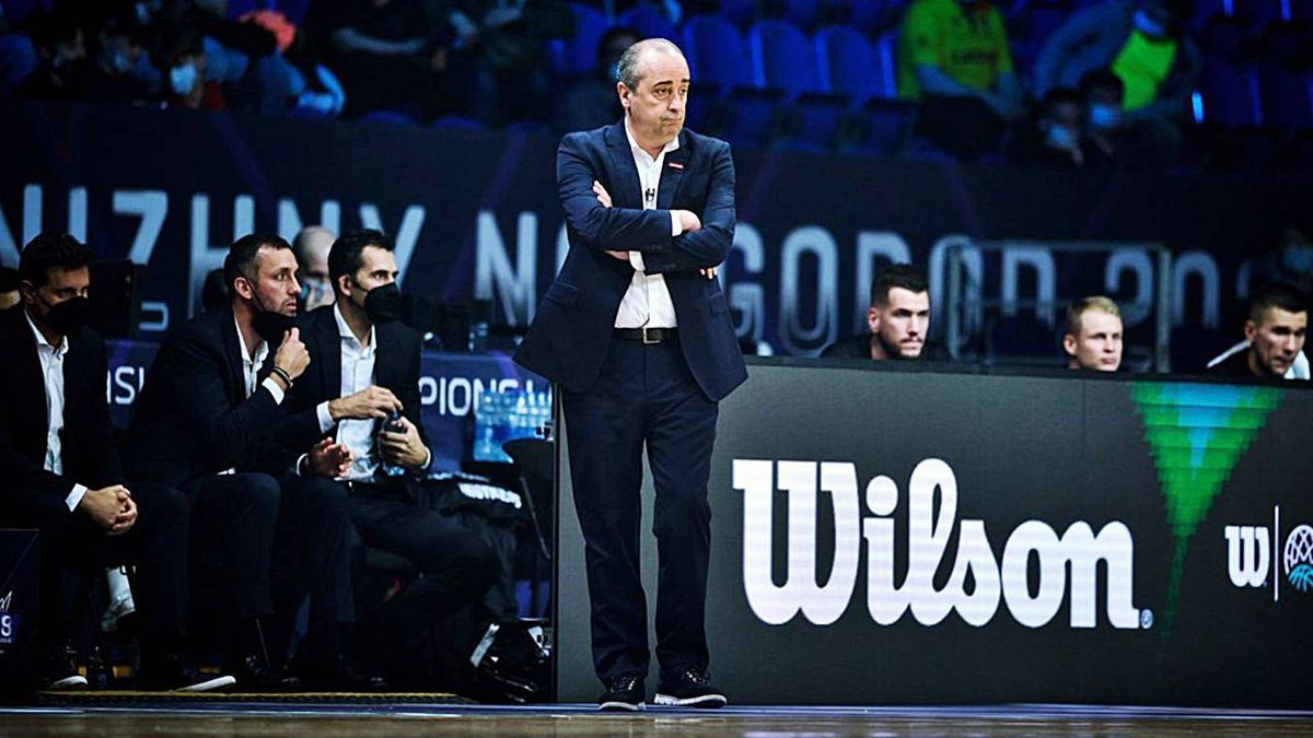 Txus Vidorreta, con los brazos cruzados, durante el partido de ayer.
