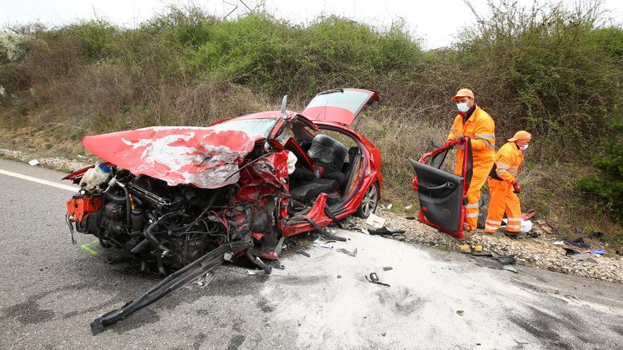 Un fallecido y dos heridos graves en un choque frontal entre dos turismos en Rodanillo (León)