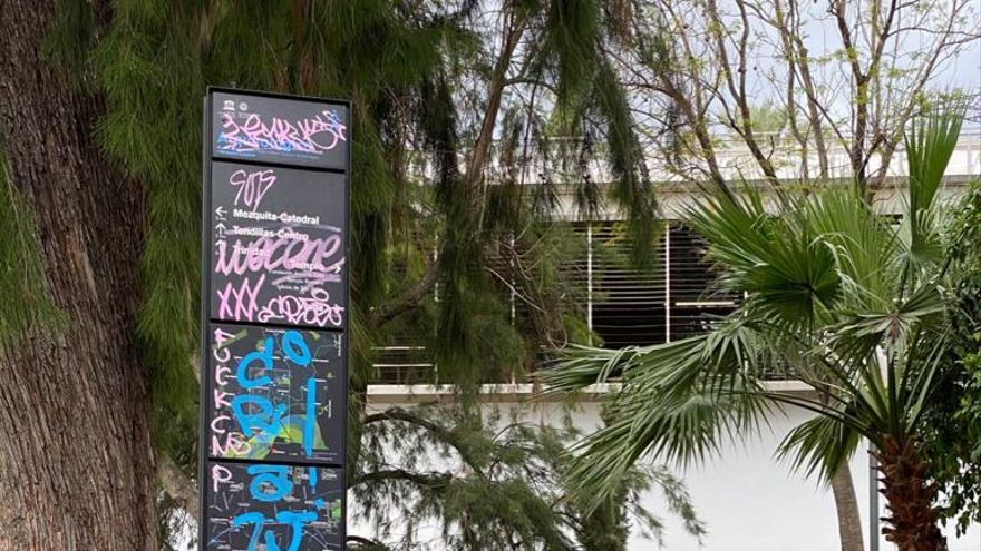 """IU denuncia el estado de """"abandono"""" de los mupis turísticos del casco histórico"""