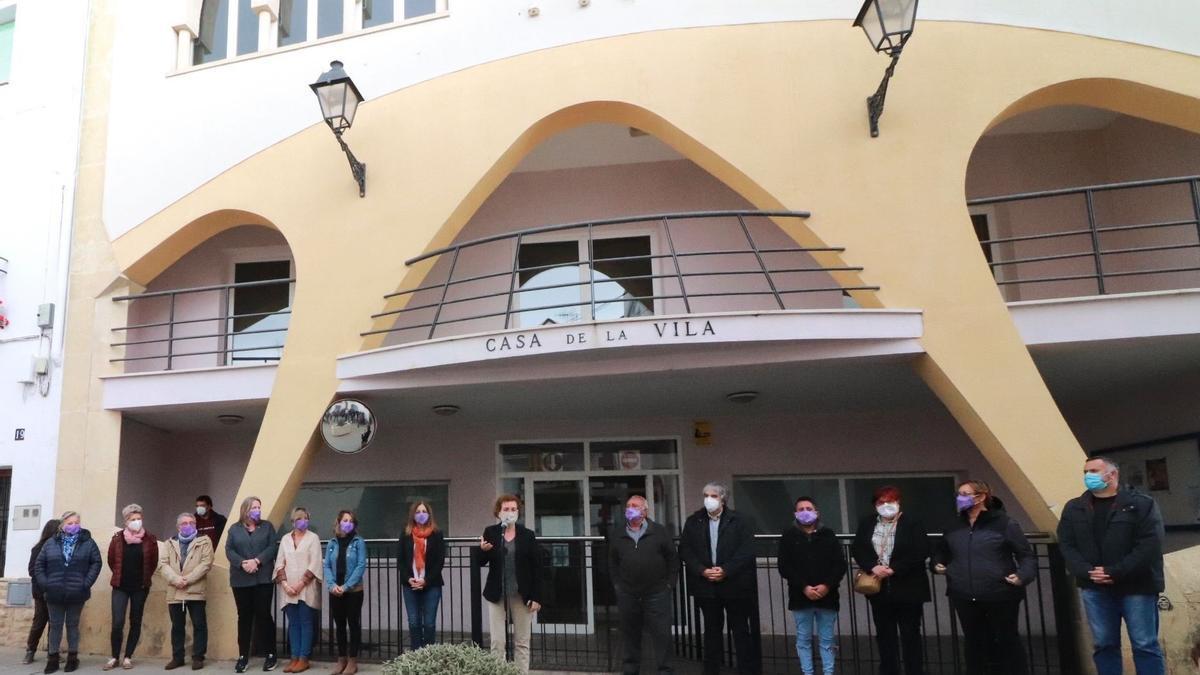 Personas se concentran ante el ayuntamiento de la Bisbal del Penedès.