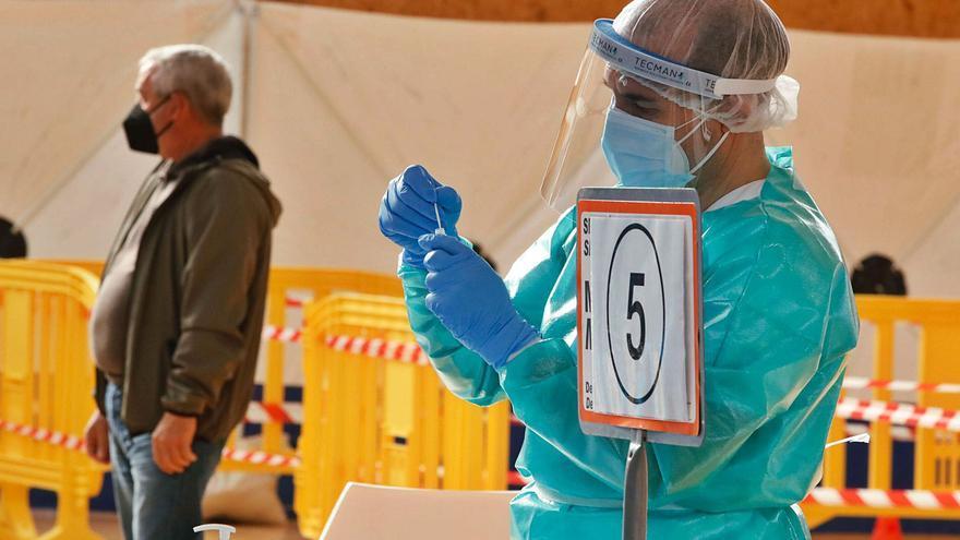 Caen a 490 los casos activos de coronavirus en las Pitiusas