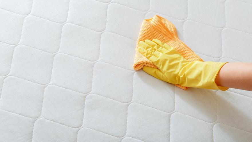 Elimina las manchas amarillas del colchón con este eficaz truco casero