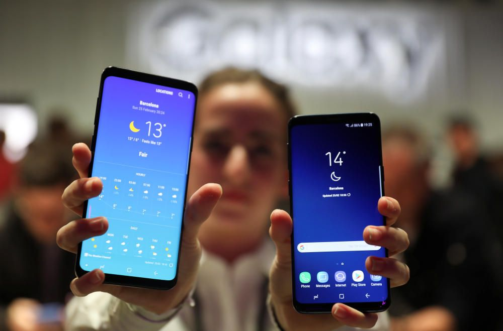 A hostess shows up Samsung's new S9 (R) and S9 ...