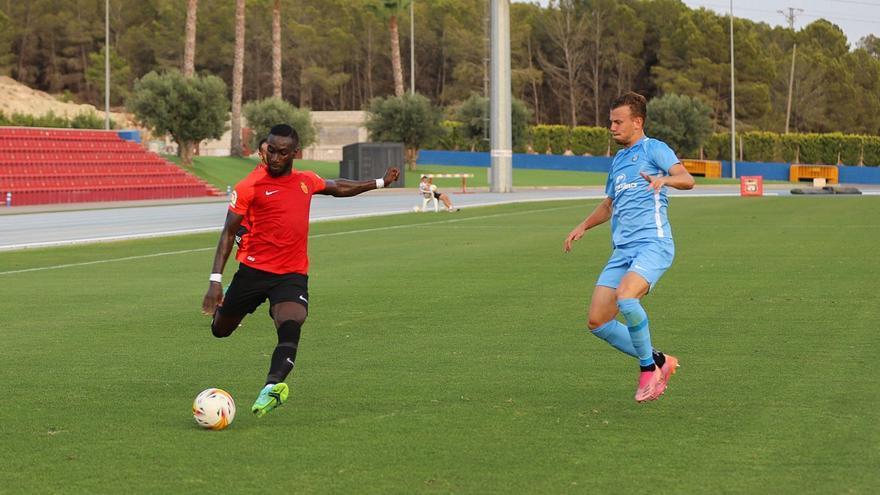 La UD Ibiza vende cara la derrota ante el Mallorca en el derbi amistoso