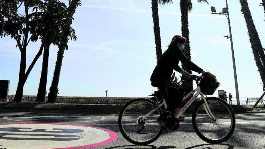 Una ciclista circula por un carril 30 de la capital.