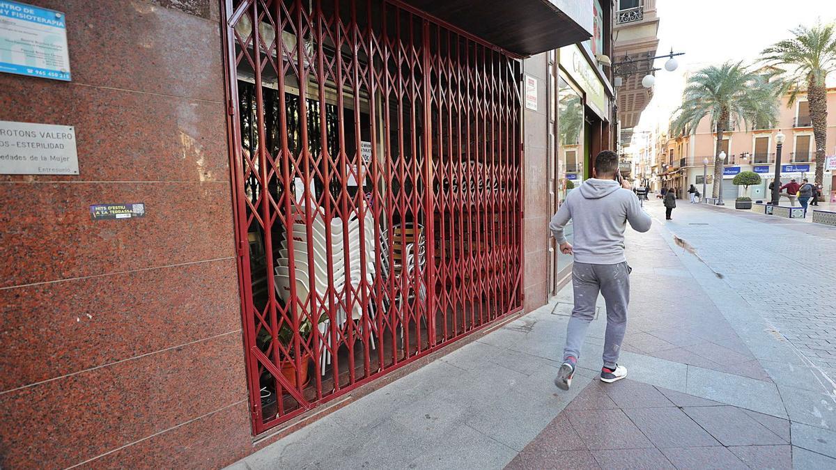 Una de las cafeterías del centro de Elche cerrada tras las nuevas restricciones decretadas. | ANTONIO AMORÓS