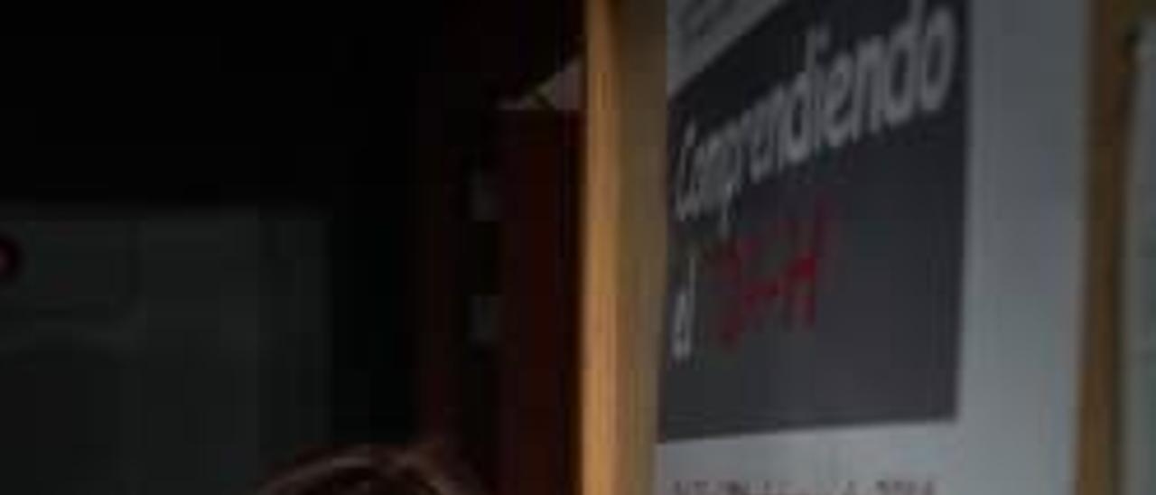 Carla González, junto a un cartel del seminario.