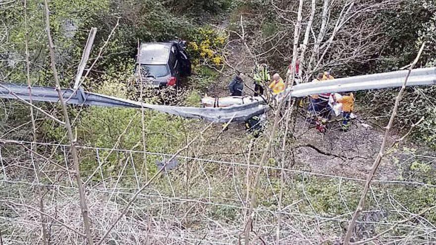 Dos heridos al caer su coche por un barranco de unos diez metros en la A-52 en As Neves