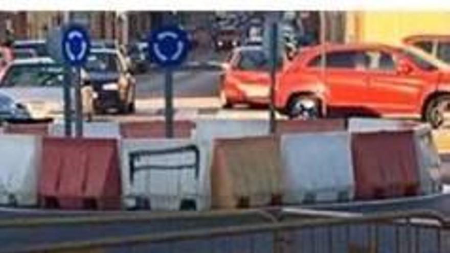 El pequeño socavón de una calle de Alzira lleva semanas sin reparar