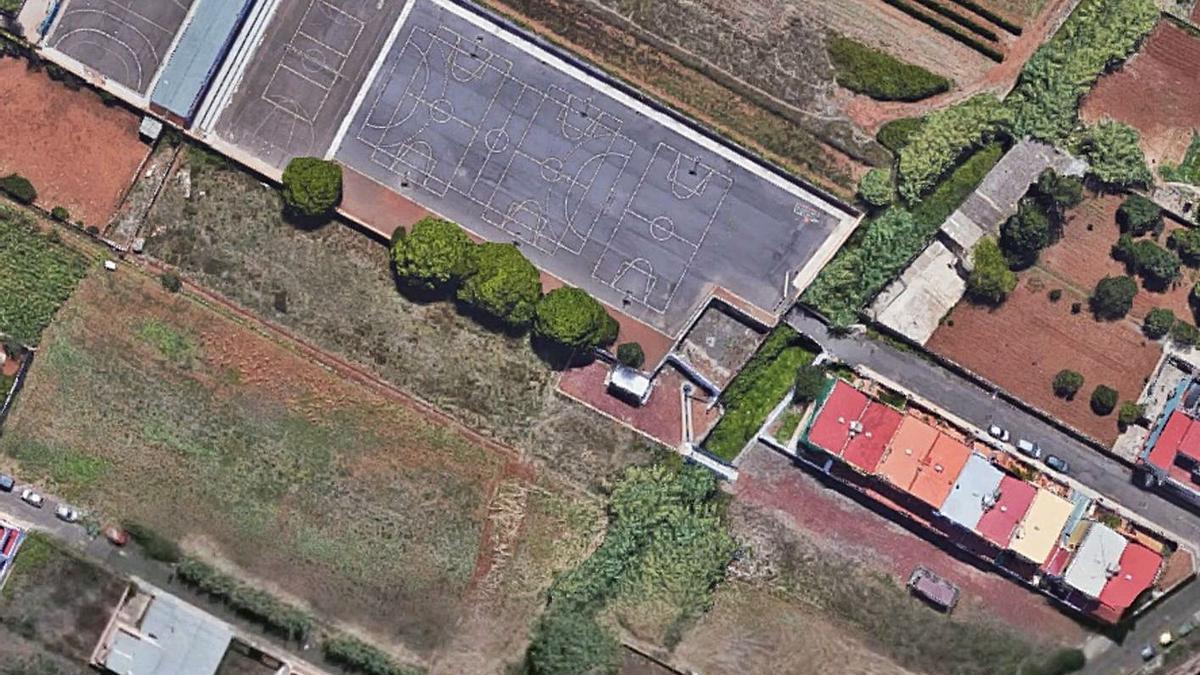 Las canchas del CEIP Las Mercedes y su entorno.     E.D.