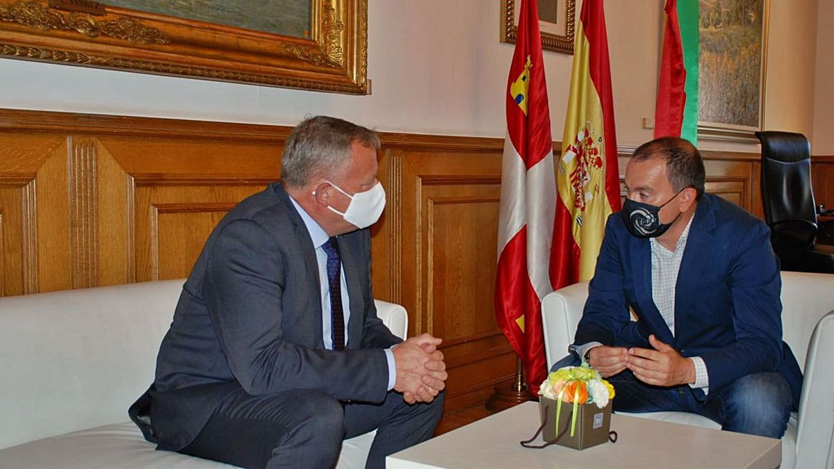 Francisco José Requejo, junto al vicepresidente de la Diputación de Burgos, Lorenzo Rodríguez.. | Cedida