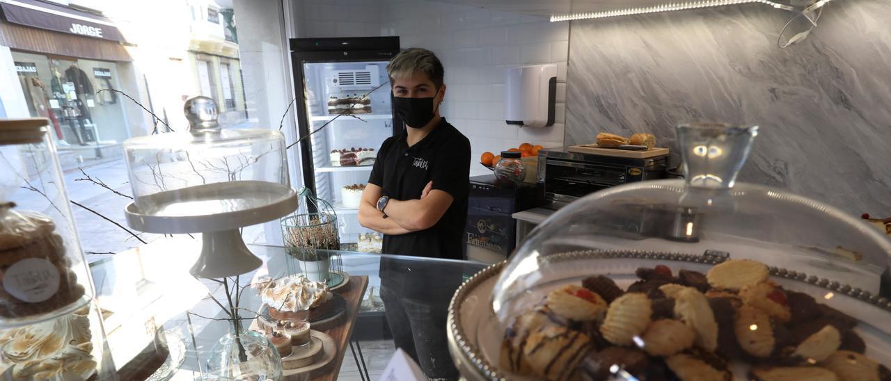 El joven Alejandro Saiz en su pastelería en Luanco.