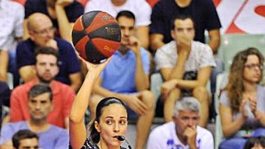 L'àrbitra de bàsquet empordanesa Yasmina Alcaraz rep la màxima categoria internacional