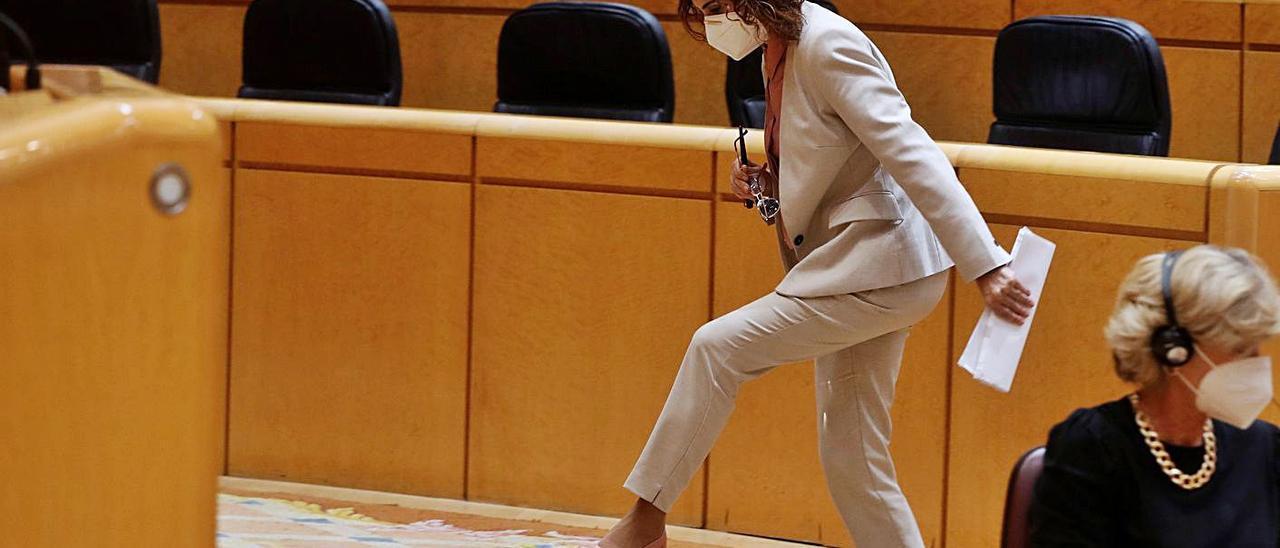 La  ministra María Jesús Montero sube a la tribunal de la Cámara Alta.