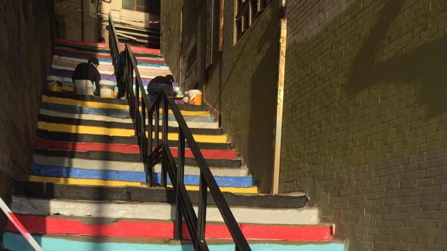 """Vuelven a pintar las """"escaleras del rock"""" de Cimavilla"""