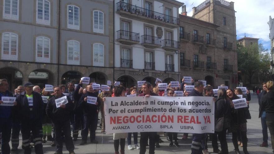 Los trabajadores municipales se concentran delante del Ayuntamiento de Avilés