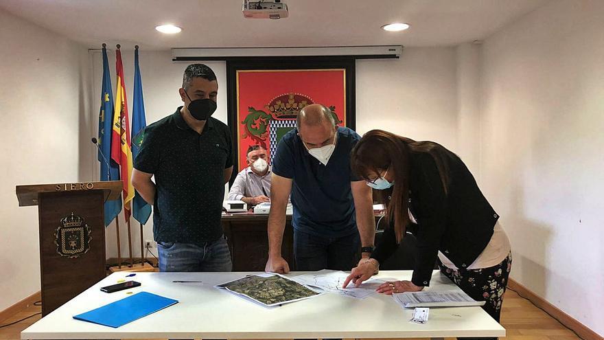 """Siero avanza en su plan """"ninguna casa sin saneamiento"""" y expropia 14 fincas en Llugarín para realizar las obras de la zona"""