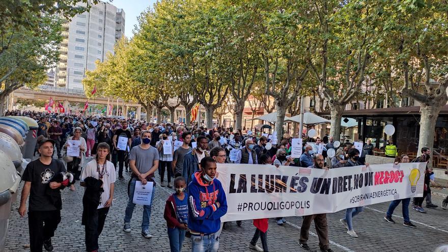 Centenars de persones clamen contra el preu de la llum a Girona