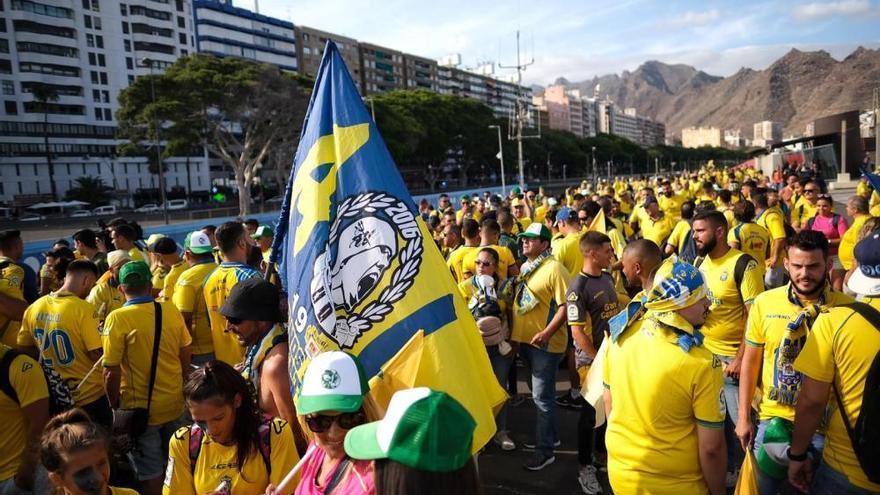 Derbi canario: Aficionados de la UD Las Palmas por fuera del Heliodoro, antes del partido contra el CD Tenerife