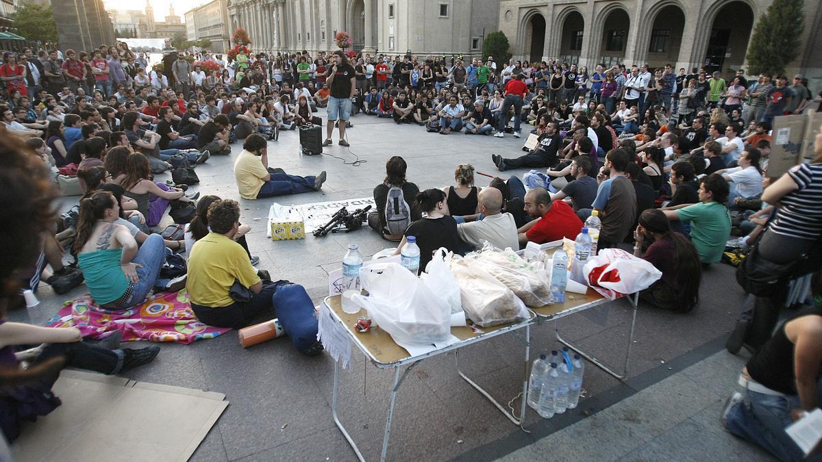 Una de las muchas asambleas durante el verano de 2011 en la plaza del Pilar.