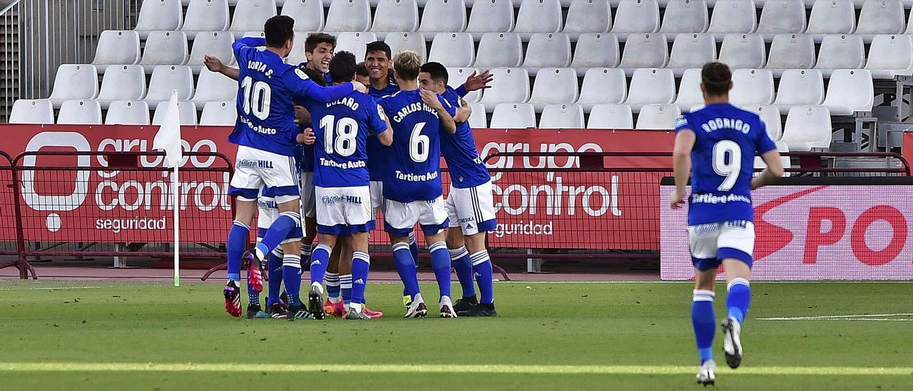 Los jugadores del Oviedo celebran el tanto de Grippo que supuso el empate (2-2) ante el Almería. | LOF