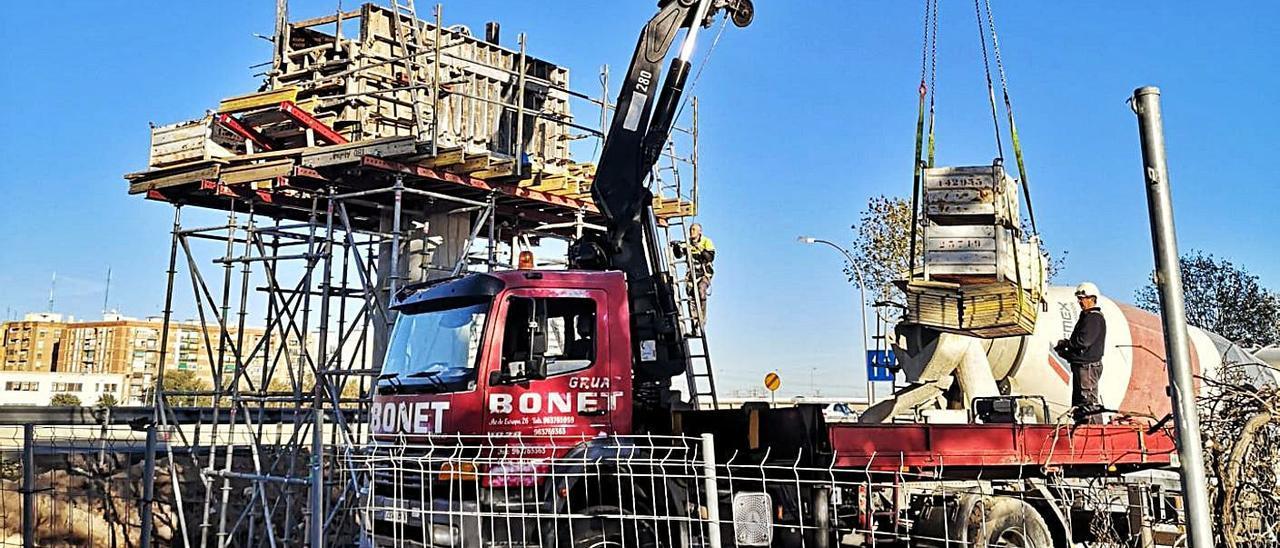 Construcción de la pasarela en el barrio de Sociópolis, en La Torre.   M.D.